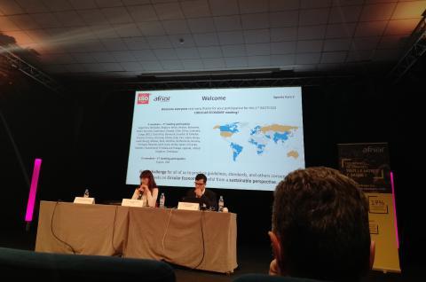 En fotografía: La Presidente del Comité Mrs Catherine Chevauche y el Secretaría M Olivier Cartigny del Comité ISO/TC323.